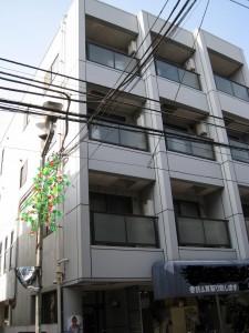 川崎市の商店街に面した一階店舗のマンション