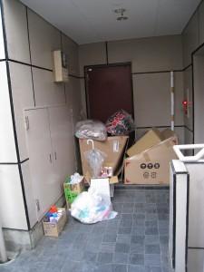 川崎駅繁華街に位置するマンションの一室の玄関先