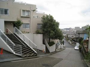 神奈川県横浜市の一棟物投資マンションから見る坂道と景色